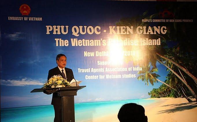 Trong phần trình bày của mình, ông Phạm Vũ Hồng - Phó Bí thư Đảng ủy kiêm Chủ tịch HĐND tỉnh Kiên Giang - đã giới thiệu khái quát tình hình kinh tế, những thế mạnh và tiềm năng du lịch cùng các yếu tố đặc trưng riêng của tỉnh Kiên Giang.